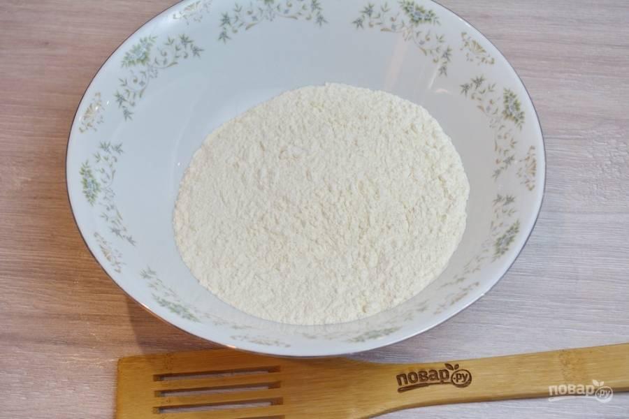 Для приготовления курника  в миску просейте муку. Муку просеять нужно обязательно. Это помогает потом тесту быстрее подняться.
