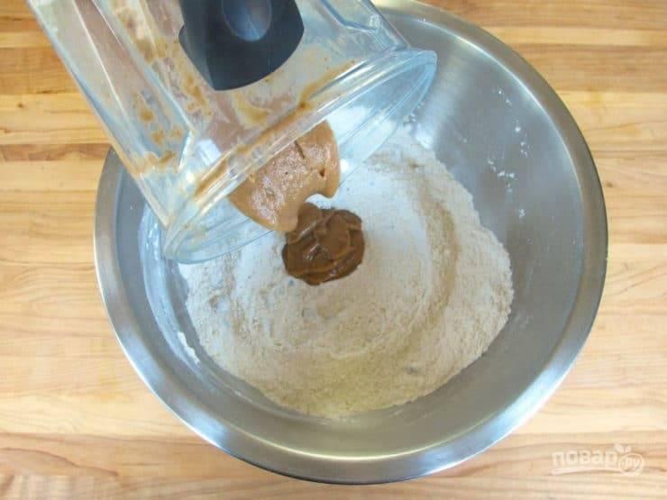 7. Далее добавьте пряную смесь к мучной, перемешайте.