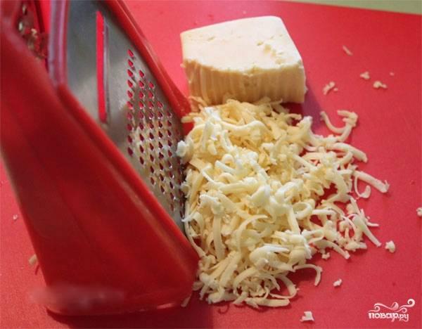 4. Пока все готовится, натрите сыр на любой по величине терке. Выложите в отдельную тарелку, он попозже понадобится.