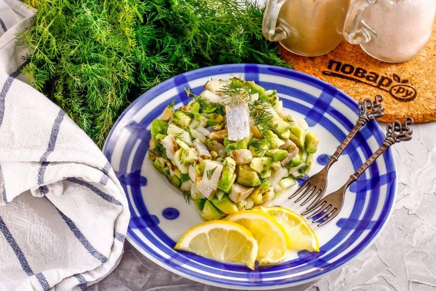 Выложите тартар в сервировочный квадрат или круг на тарелку, слегка прижимая, чтобы блюдо держало свою форму. Удалите сервировочный квадрат и украсьте тартар по вкусу. Подайте к столу охлажденным.