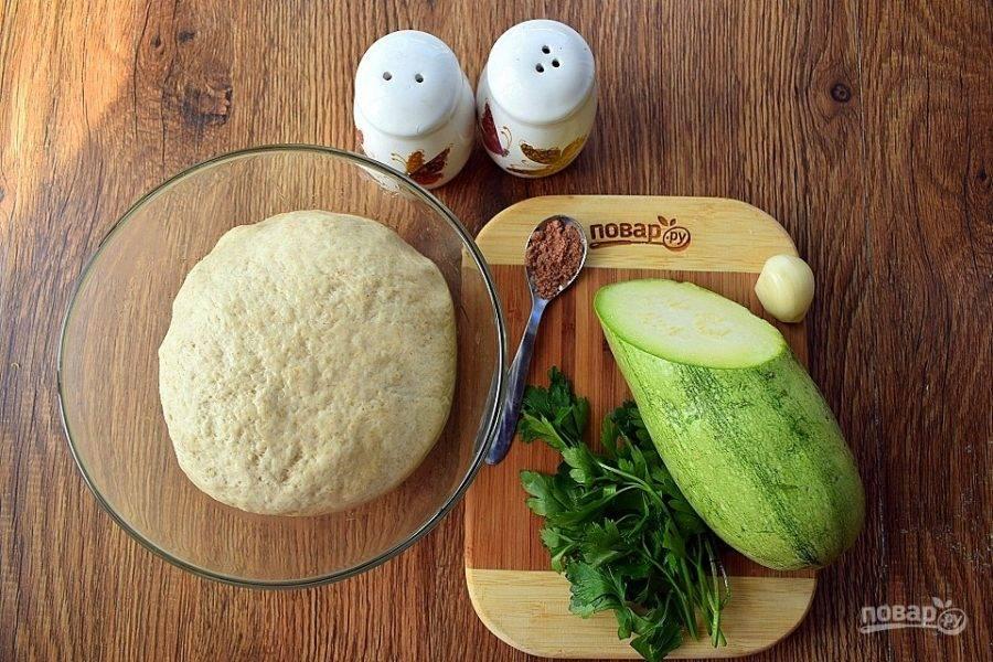 В холодную воду добавьте соль, отруби и просейте почти всю муку. Муки может уйти немного меньше. Замесите мягкое тесто, немного липнущее к рукам. При необходимости, добавьте оставшуюся муку. Поместите его в миску, слегка смазанную растительным маслом. Накройте пищевой пленкой и поставьте в холодильник для набухания клейковины минимум на 2 часа (можно оставить на ночь). После этого тесто становится эластичным, не рвется при раскатывании и лепке пельменей.