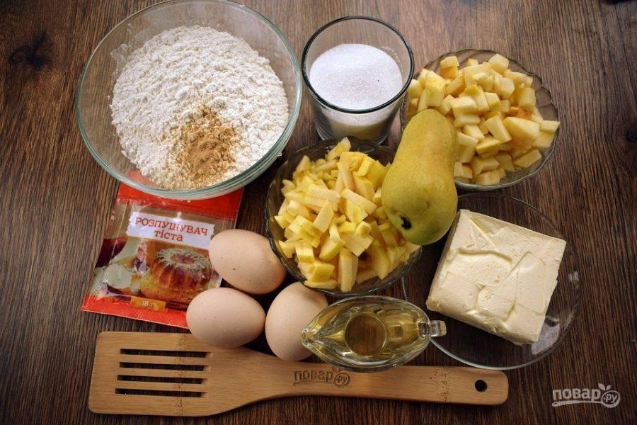 Подготовьте необходимые продукты. Груши вымойте и нарежьте на мелкие кубики.