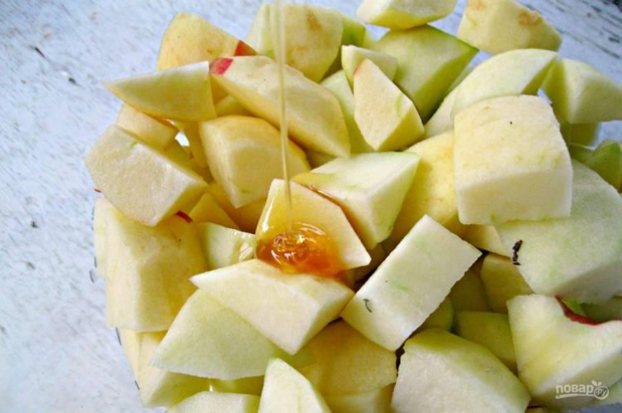 3.В миску выложите все кусочки, добавьте к ним мед.