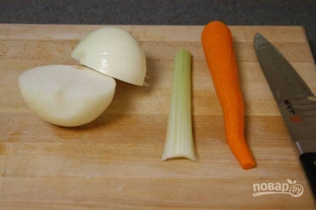 2.Во время приготовления картофеля подготовьте другие овощи: очистите луковицу и морковь, вымойте сельдерей.