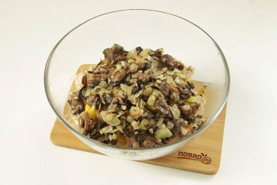 Лук нарежьте кубиками и обжарьте с грибами на сливочном масле до готовности.