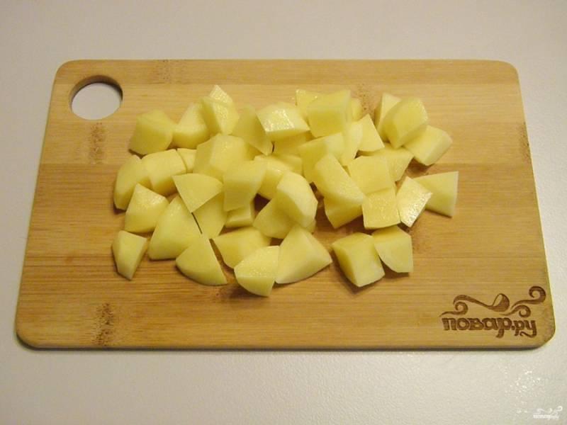 Очищенный картофель порежьте мелкими кусочками или соломкой.