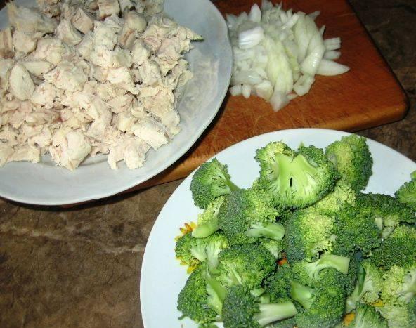 4. Куриное филе лучше заранее отварить и остудить,. Нам следует нарезать мелко мясо, отделить соцветия брокколи и нашинковать луковицу.