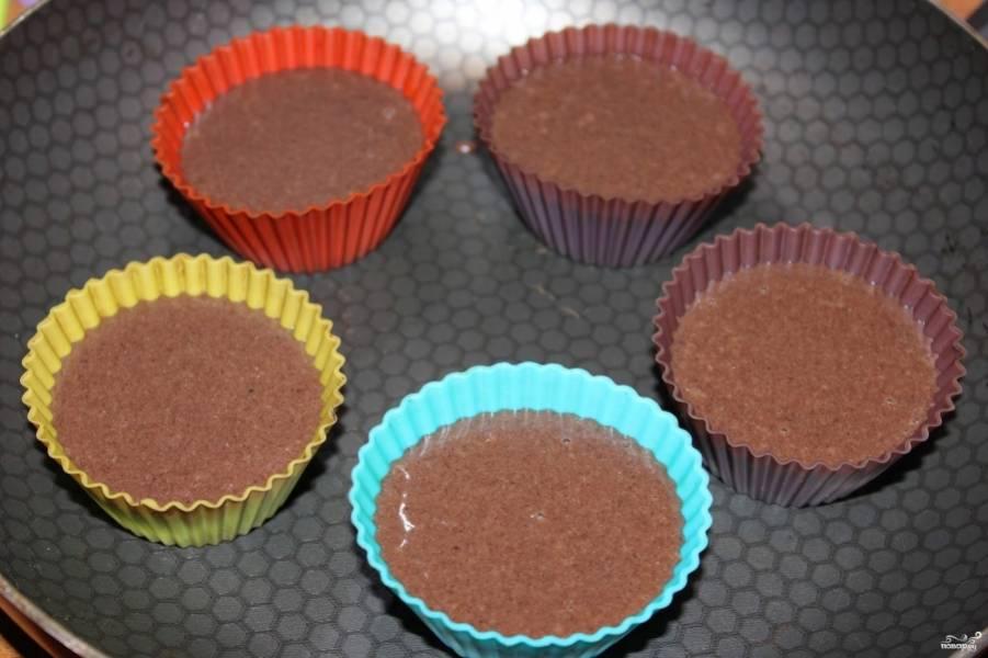 Разлейте тесто по формочкам (у меня были силиконовые). Отправьте в разогретую до 180 С и выпекайте до готовности.