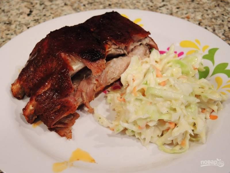 12.Разрежьте ребра острым ножом и подавайте с гарниром или с салатом.