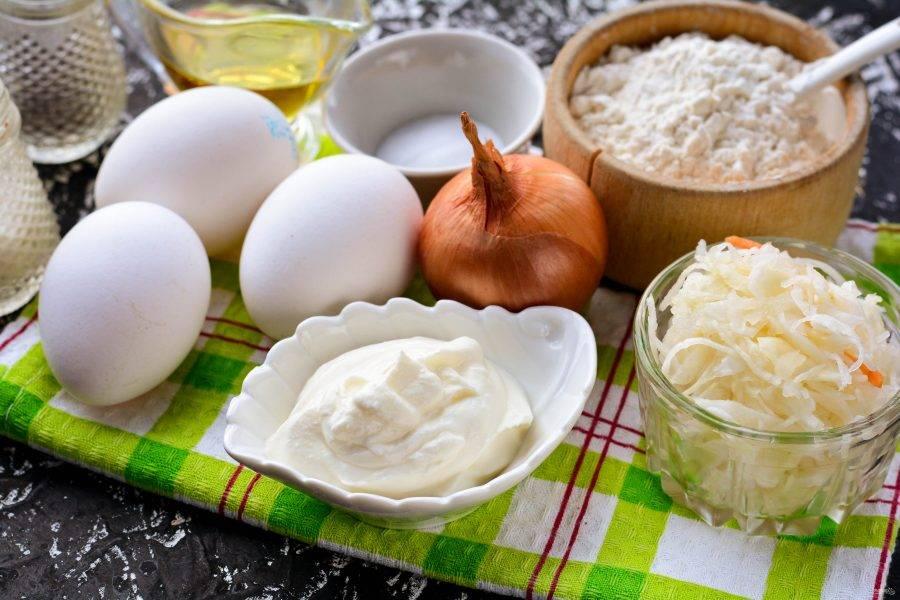 Подготовьте ингредиенты для приготовления заливного пирога с квашеной капустой.