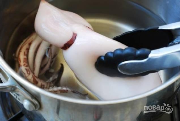 Вскипятите воду и отварите кальмара буквально одну минуту.