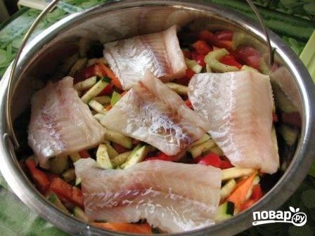Рыбное филе посолим и поперчим. Выложим поверх овощей.
