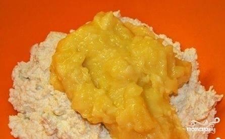 Осталось натереть яблоки и смешать их с овсяным тестом.  Можно переложить массу снова в блендер и перемешивать тесто для диетического печенья до полной однородности.