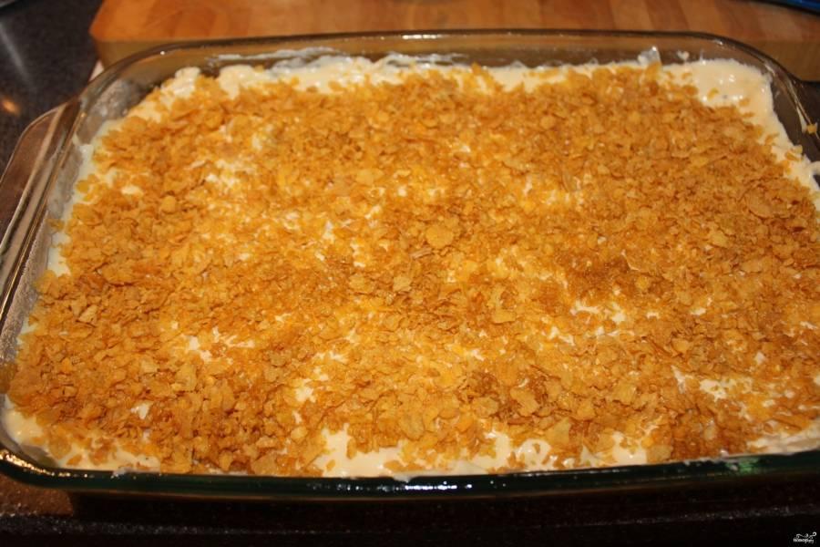 3. Отдельно смешаем измельченные  вблендере чипсы и измельченный компеный сыр, посыпаем этой смесью сверху запеканку и отправим в духовку. Запекаем час при 200 градусах.