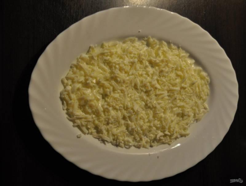 5. В тарелку выкладываю первым слоем белки, солю и поливаю их майонезом и размазываю его.