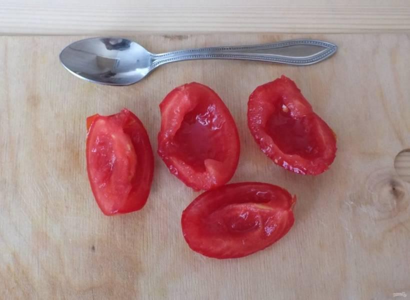 Чистые помидоры разрежьте на половинки или четвертинки. Удалите семена и лишнюю мякоть.
