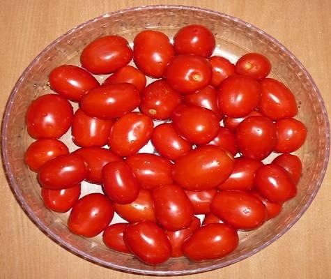 1. Главный ингредиент нашей аджики - томаты. Вымойте их и слегка обсушите.