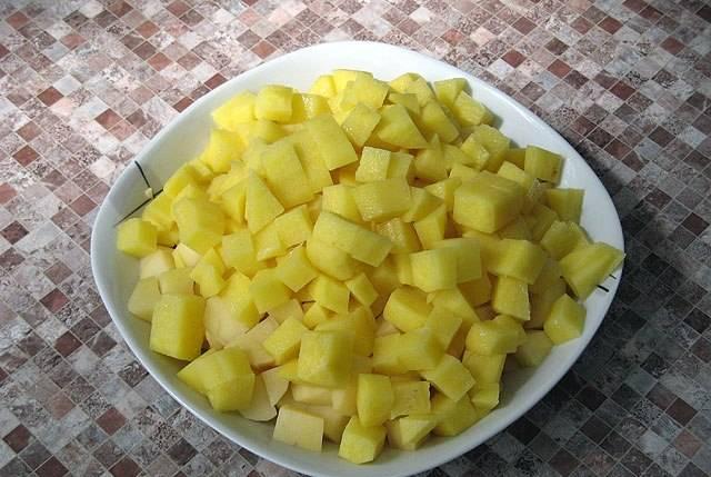 Пока фрикадельки варятся, мы чистим  и нарезаем небольшими кубиками картофель.