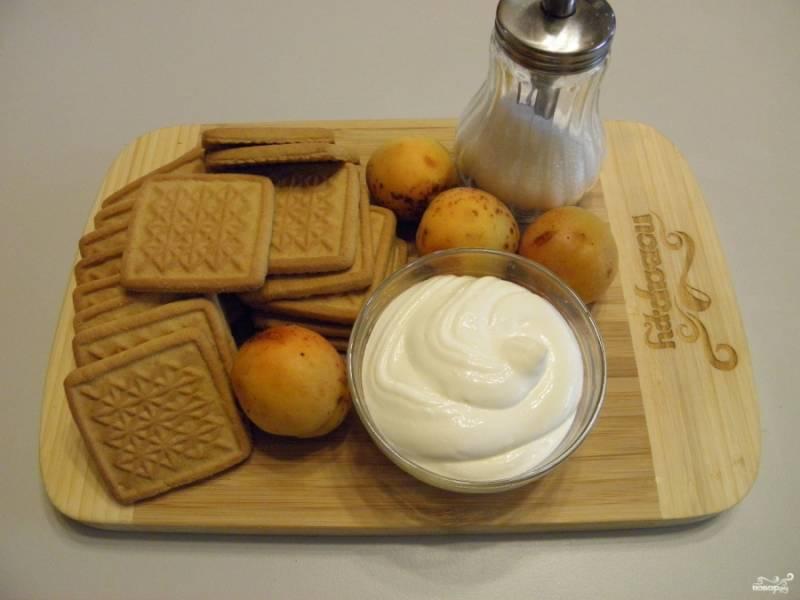 Приготовьте продукты: печенье песочное, сметану, сахар и абрикосы. Также понадобится пищевая пленка.