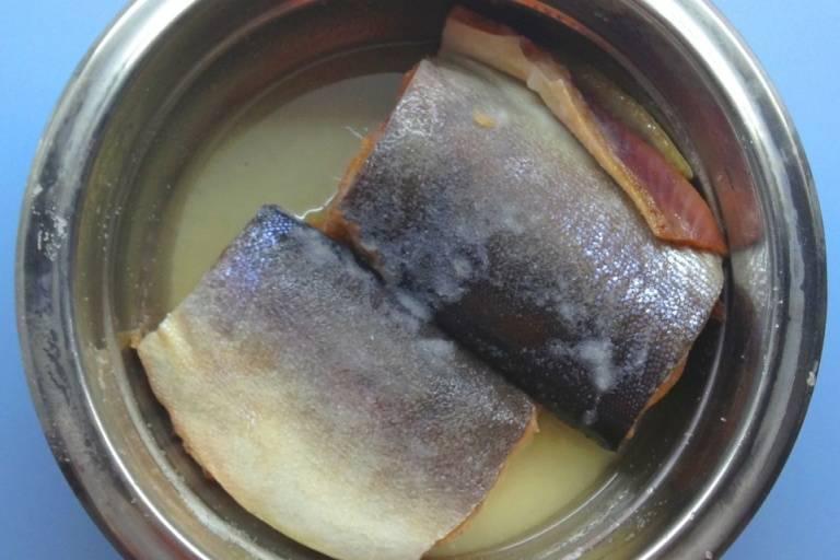 Разрезаем тушку на две части и выкладываем в кастрюльку. Отдельно смешиваем сахар и соль и натираем этой смесью рыбу со всех сторон, оставляем на 2 часа. За это время рыба пустит сок, переворачиваем ее и опускаем в рассол перец горошком и лавровый лист, закрываем кастрюлю пищевой пленкой и ставим ее в холодильник. Если вы хотите получить малосольную рыбу, то оно будет готова через сутки, для рыбы средней солености подержите ее в холодильнике 2 дня.