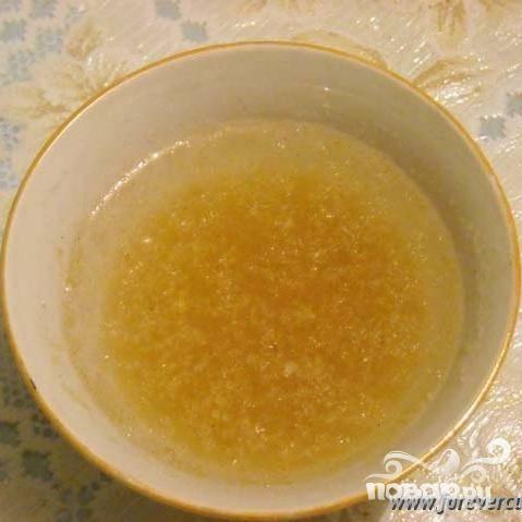 3.В маленькой чашке желатин залить 1 столовой ложкой воды.