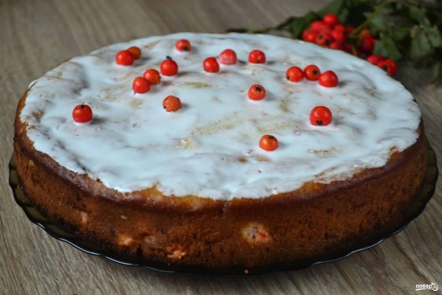 Пирог готов. Украсьте его белковой глазурью или сахарной пудрой. Приятного чаепития!