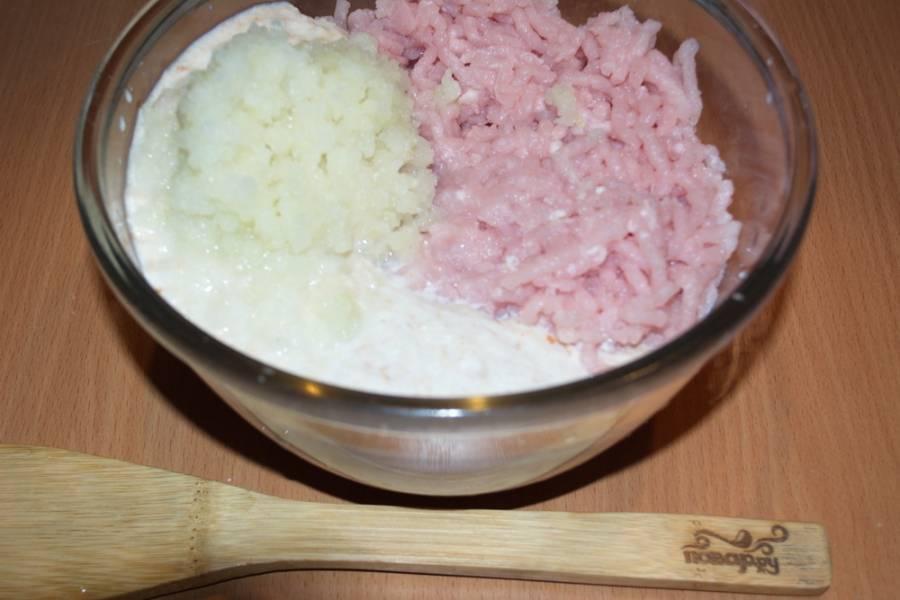 Перекрутите в мясорубке нарезанный белый репчатый лук и 1 картофелину. Добавьте пропущенный через мясорубку замоченный батон. Оставшееся молоко вылейте просто в фарш.