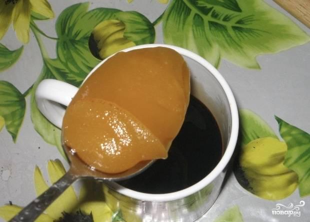 Теперь займёмся соусом. Обычный соевый соус разбавляем водой, чтобы в итоге жидкости у нас было полстакана. Туда же вливаем китайский соевый соус (тёмный). Кладём мёд, всё хорошенько размешиваем. Пробуем: соус должен иметь солоновато-сладковатый вкус. Если вам не хватает соли, добавьте ещё немного обычного соевого соуса. Если кажется недостаточно сладким — мёда.