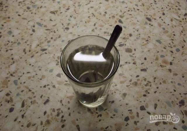 1. Подогрейте воду и растворите в ней соль.