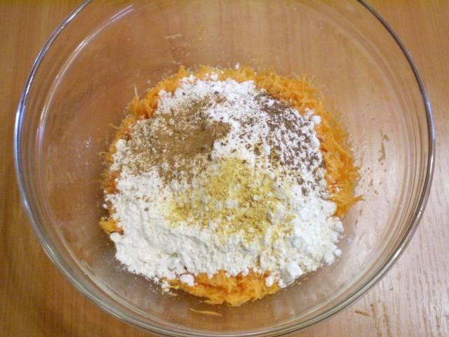 4. Добавляем муку, масло, гашеную лимонным соком или уксусом соду, корицу, цедру и мускатный орех. Перемешиваем.