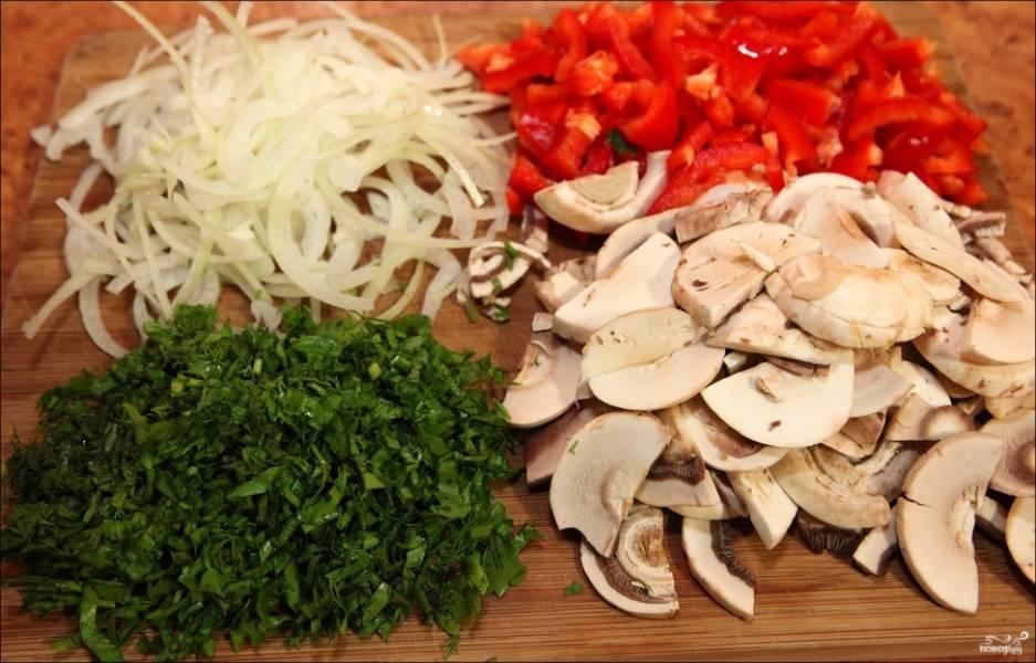 Лук порежьте тонкими полукольцами, грибочки порежьте пластинками, перец - ломтиками или кубиками. Мелко порубите свежую зелень.