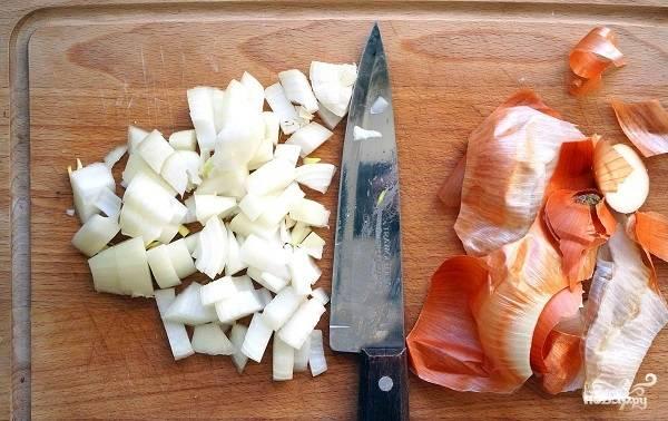 6. Очистите и измельчите луковицу. На сковороде разогрейте немного растительного масла и выложите лук. Обжарьте на среднем огне до золотистого цвета.