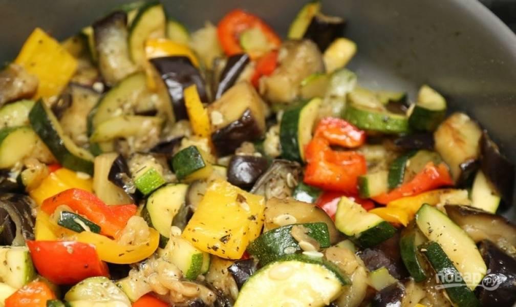 Затем добавьте цукини и перец. Готовьте блюдо на среднем огне 8 минут, помешивая. Влейте ещё масло, если необходимо. Посолите, поперчите и добавьте травы.