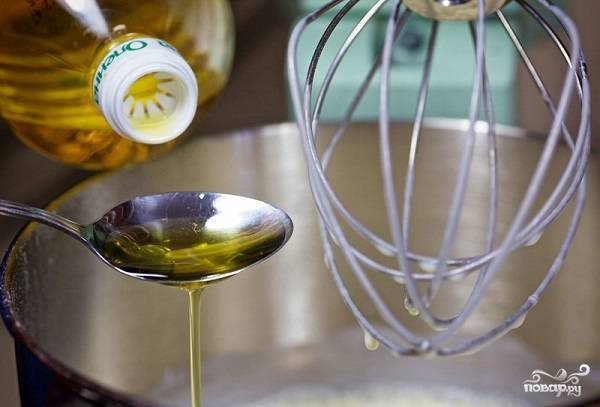 6. Добавьте растительное масло.