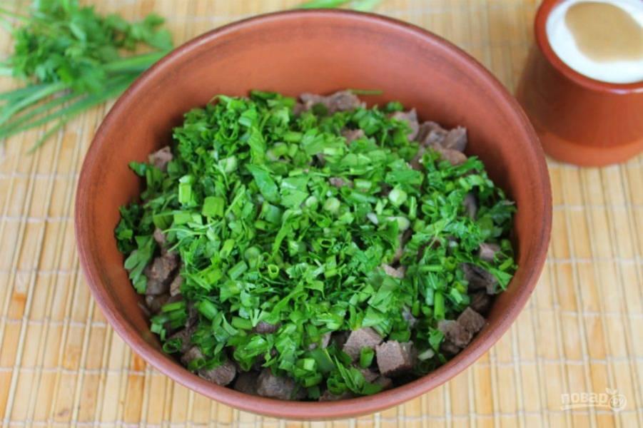 Кладем в салат рубленную зелень.