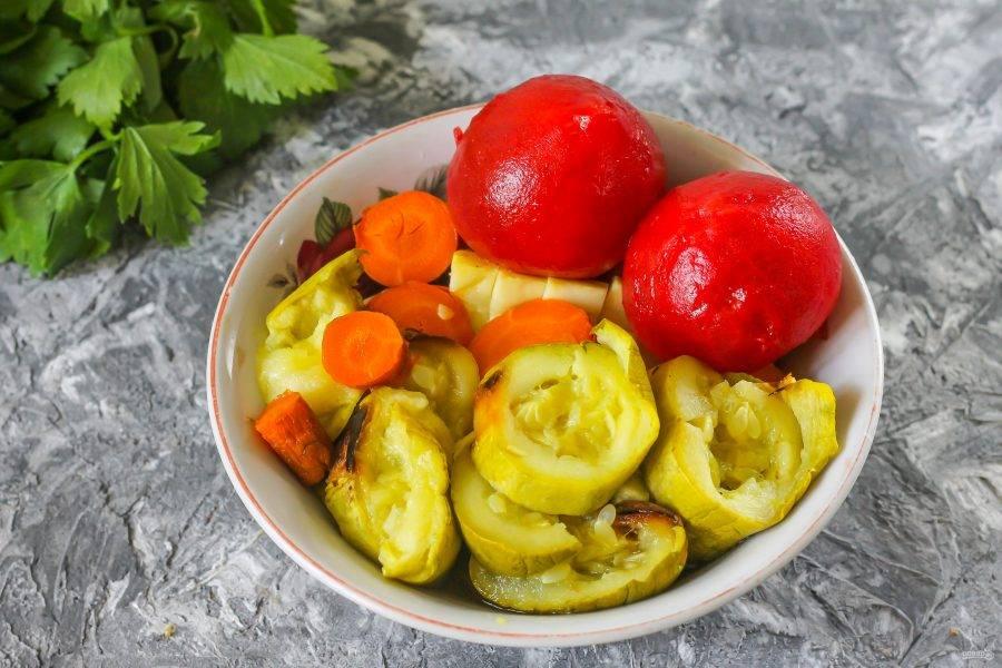 Помидоры залейте кипятком на 10 минут и снимите с них кожуру. Нарежьте запеченные овощи кружочками.