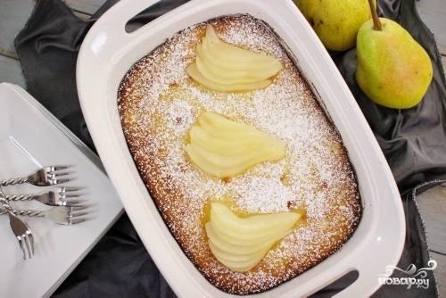Выложите ломтики груши на бумажное полотенце. Когда пирог будет готов и остынет, посыпьте его сахарной пудрой и выложите мягкие груши поверх веером, к примеру, как это показано на фото.