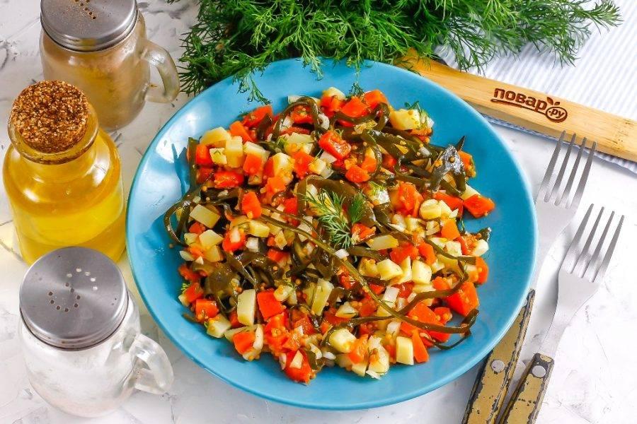 Выложите салат на тарелку и подайте к столу. При желании его можно сначала охладить в холодильнике.