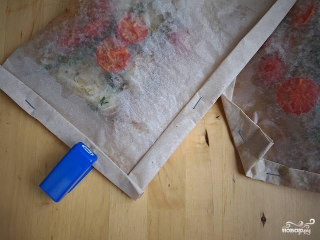 Другой половиной листа накрываем рыбу, края скрепляем степлером (просто и быстро).