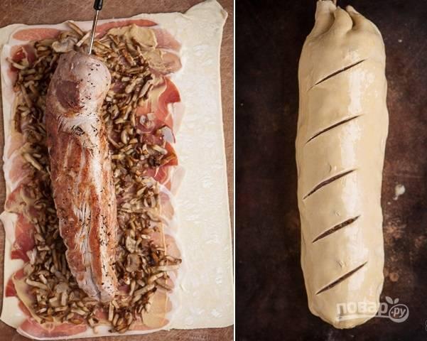 3. Аккуратно переложите на грибы свинину и заверните тесто. Залепите края и сделайте сверху небольшие надрезы. Отправьте мясо в разогретую до 200 градусов духовку, предварительно смазав взбитым яйцом.