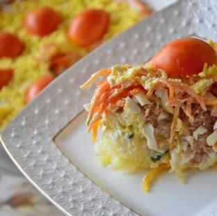 8. Слоеный салат с корейской морковью в домашних условиях готов. Отправьте его в холодильник на 1-2 часа, чтобы он пропитался. А перед подачей присыпьте его тёртым желтком и украсьте по желанию зеленью или маленькими помидорками.