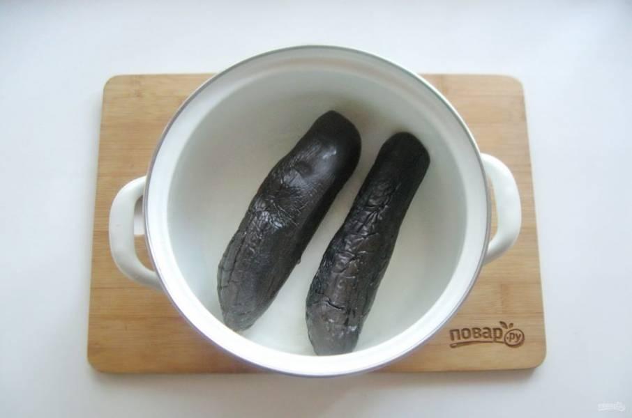 Варите баклажаны 10-12 минут с момента закипания. Они не должны стать мягкими, но и твердыми тоже. Вилка должна свободно входить в мякоть баклажана.