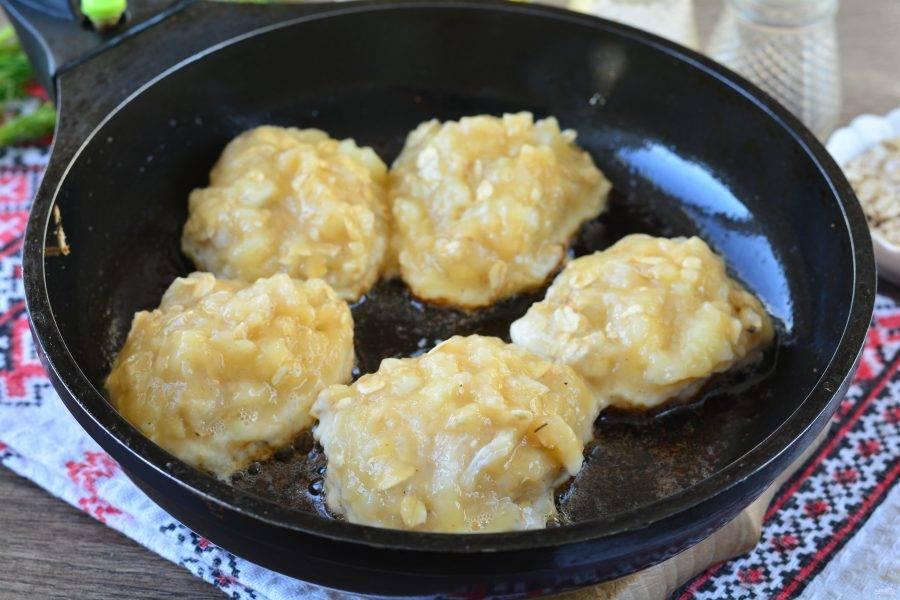 Разогрейте масло в сковороде, выкладывайте котлеты, смоченной в воде ложкой. Начните жарить котлеты.