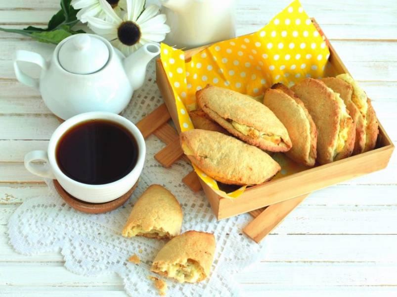 Подавать сочники вкуснее всего слегка теплыми.  Верх можно присыпать сахарной пудрой, но и так очень вкусно!