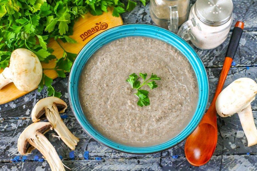Перелейте приготовленный грибной суп по Дюкану в тарелку, украсьте свежей зеленью и подайте к столу теплым, но не холодным.
