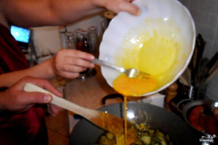 Когда кабачки стали мягкими и потеряли форму, добавляем яйцо.