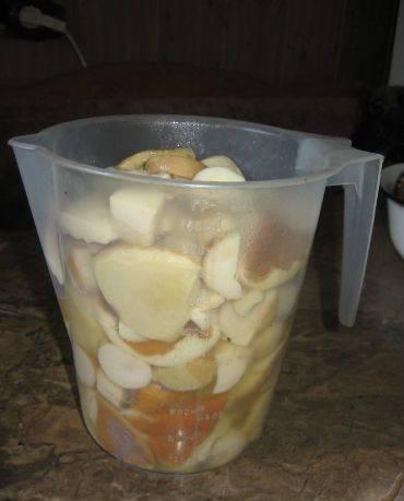 5. Пока грибы остывают подготовьте все для маринада. В этом рецепте нет уксуса - его заменяет лимонная кислота.