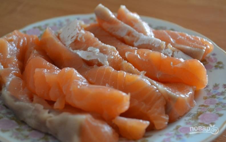 Красную рыбу нарезаем тонкими кусочками.