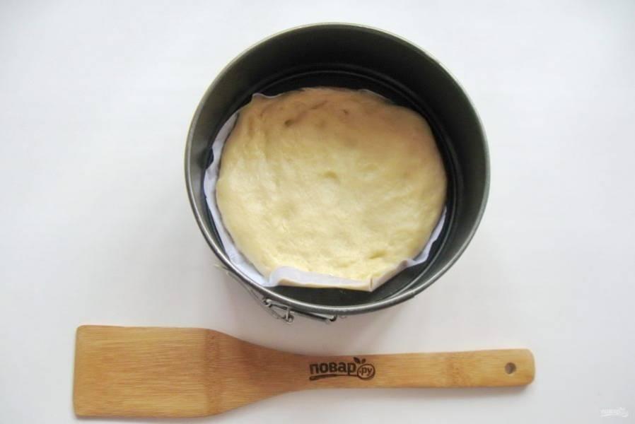 Четвертую часть теста выложите в форму для выпечки.
