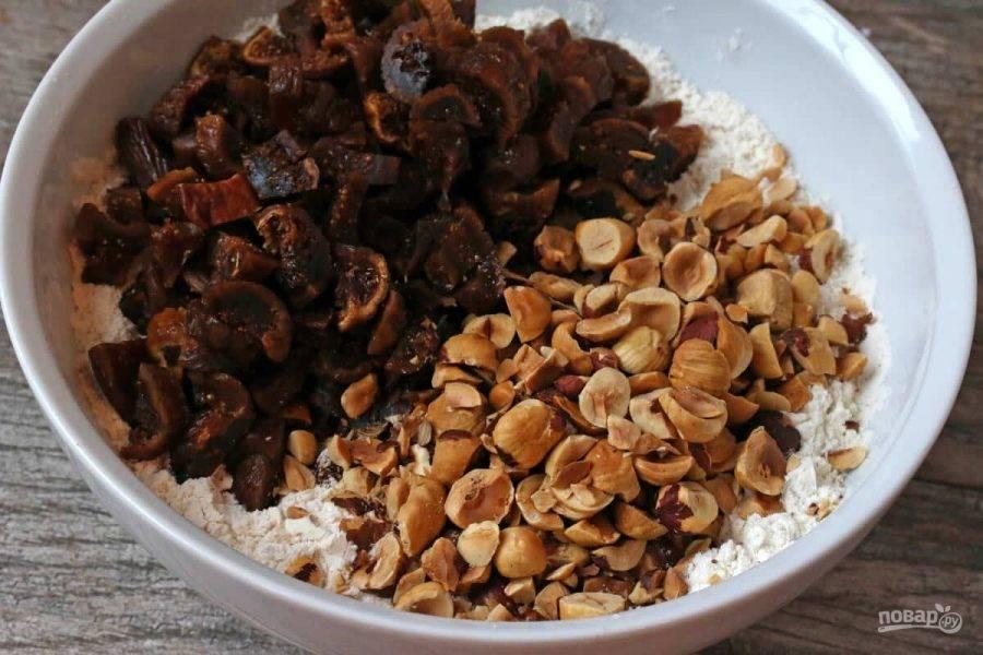 5.Выложите в муку нарезанные крупно орехи и инжир, перемешайте.